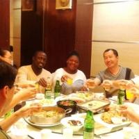 保定龙8游戏在线玩卫生用品制造有限公司杨总与加纳客户在一起进餐