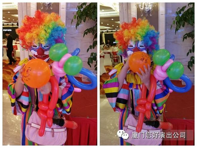 """>>艺人档案:小丑又叫小花脸。因为这一行当所表演的人物往往在鼻子上勾画一块小白粉,所以叫小花脸。这一行当具有风趣、诙谐、幽默、滑稽或者阴险、狡猾的特点。小丑分长衫小丑、短衫小丑、彩旦几类。长衫小丑是指穿长衫的丑行、马戏团中的一类演员,表演诙谐幽默。 小丑表演,可爱诙谐风趣,顶碗、顶球、扭气球样样精通。"""" />"""